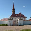 Приоратский дворец. Вид на главные ворота со сторожками