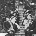 И.Е. Репин и Н.Б. Нордмаг-Северова среди гостей у беседки «Башенка Шехерезады» в парке Пенат, 1912 г.