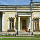 Усадьба Сергиевка, фрагмент фасада с крыльцом