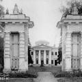 Усадьба Черемушки. Вид на въездные ворота и дворец