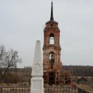 Дольское. Церковь Успения Пресвятой Богородицы и памятный обелиск