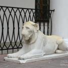 Усадьба Дубровицы, скульптура льва перед входом во дворец