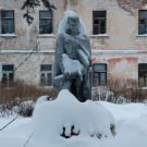 Усадьба Ивановское-Безобразово, памятник воинам ВОВ перед главным домом