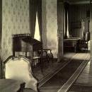 Карабиха. Восточный флигель усадьбы. Уголок гостиной. Фото М.А. Величко, 1952 г.