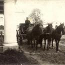 Выезд Ф.А. Некрасова перед Большим домом усадьбы Карабиха. Фото 1910-1914 гг.