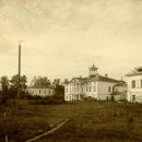 Вид на церковь Казанской Божьей Матери и жилой комплекс усадьбы Карабиха со стороны двора. Фото Некрасовой Веры Федоровны, конец 1920-х гг.