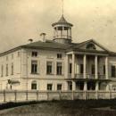 Большой дом усадьбы Карабиха со стороны парадного двора. Фото М.А. Величко, 1952 г.