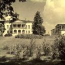 Карабиха. Центральное здание усадьбы и Восточный флигель с юга, со стороны Нижнего парка. Фото М.А. Величко, 1952 г.