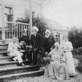 Усадьба Шахматово. Семья Бекетовых на крыльце усадебного дома. Крайний слева – А.А. Блок. Фото 1894 г.