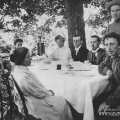 Усадьба Шахматово. Чаепитие в парке. Крайняя слева – Л.Д. Блок, крайний справа (сидит) – А.А. Блок. Фото 1909 г.