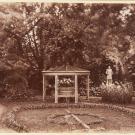 Скамейка-беседка в саду дворца Коттедж