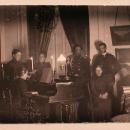 Члены семьи Николаи-Пален в гостиной усадебного дома