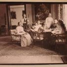 Семья Николаи-Пален в гостиной