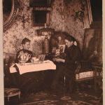 Двоюродные сестры Софья Васильевна Чичерина и баронесса Софья Николаевна фон дер Пален (урожд. Николаи) за чаем в гостиной усадебного дома.
