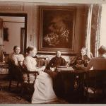 Члены семьи Николаи в гостиной