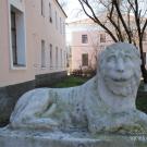 Скульптура льва у входа во флигель