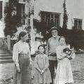 В.Д. Поленов с детьми у западной террасы, 1907 г.