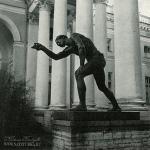 Александровский дворец. Статуя перед колоннадой «Юноша, играющий в бабки»