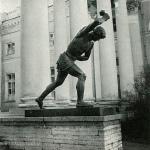 Александровский дворец. Статуя перед колоннадой «Юноша, играющий в свайку»