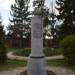 Усадьба Ахтырка, памятный знак - колонная рядом с храмом