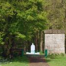 Усадьба Городня Калужская область, устои парадных ворот (зашиты досками) и памятник В.И. Ленину