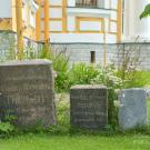 Усадьба Гостилицы, некрополь перед Троицкой церковью