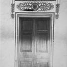 Усадьба Хворостьево, главный дом, декоративное обрамление дверного проема. Фото Н.Д. Бертрама
