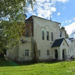Усадьба Извара, Училищный дом с церковью