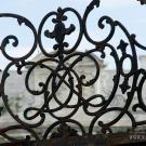 Усадьба Отрада, герб Орловых в ажурном очелье ворот
