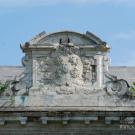 Усадьба Отрада Орловых, фамильный герб Орловых на декоративном фронтоне