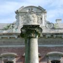 Усадьба Отрада Орловых, колонная перед дворцом