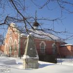 Усадьба Плещеево, бывший флигель и обелиск