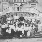 Дворец Разумовского в Москве. Слушатели Института физической культуры на парковой лестнице, фото 1919 г.
