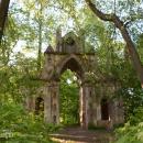 Усадьба Тайцы, готические ворота в парке