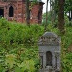 Ратчино, старинные надгробие возле Георгиевской церкви