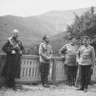 Александр Николаевич Граббе первый слева, рядом император Николай II