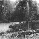 Фонтан среднего пруда. Фото из семейного архива И.С. Новоселова, 1910-е гг.
