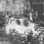 Водопад нижнего пруда. Фото из семейного архива И.С. Новоселова, 1910-е гг.