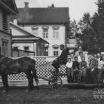 Усадьба Владимировка. Семья Лотаревых на линейке возле усадебного дома. Фото 1903г. Из архива М.Г. Рогозиной