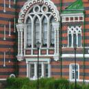 Замок Шереметевых в Юрино, фрагмент фасада со стороны Волги (большое арочное окно)