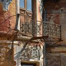 Усадьба Заключье, фрагмент фасада с балконной решеткой