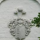 Герб Чаплиных на стене флигеля в усадьбе Чукавино
