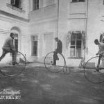 Усадьба Михайловское. Катание на велосипедах перед главным домом усадьбы. Фото нач. XX в.