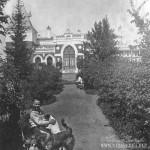 Усадьбе Шелковка. Володя Смирнов в саду перед главным домом имения, 1911