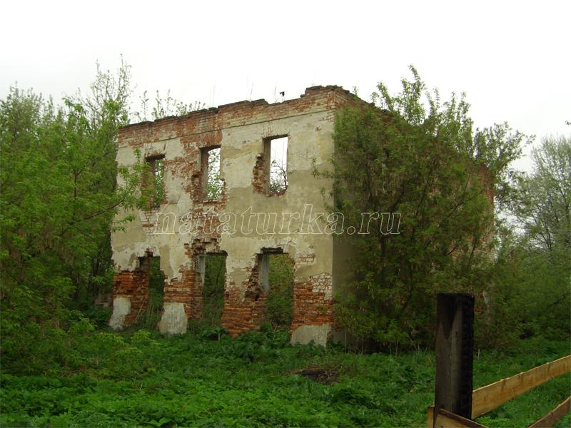 Руины главное года в усадьбе Никитское