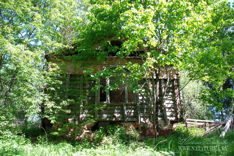 Усадьба Высокое, Клинский район. Полуразрушенный деревянный флигель