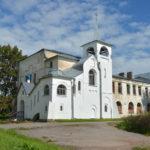 Музей-усадьба Извара, Училищный дом с церковью