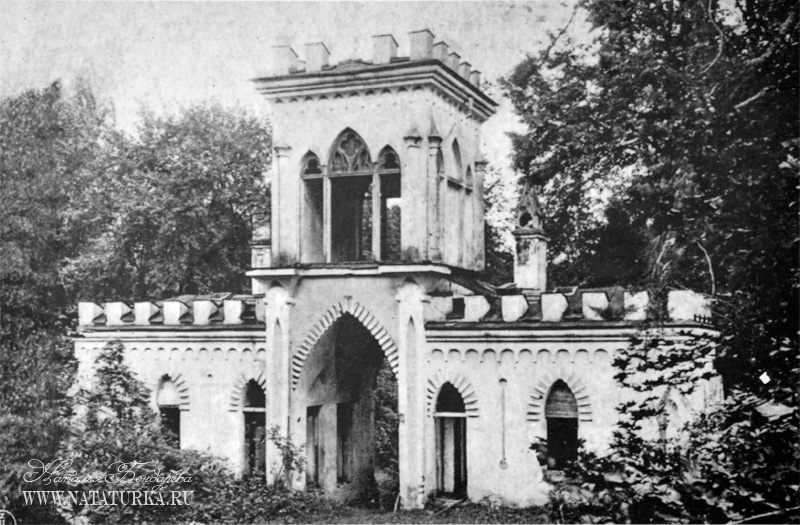 Дворец Пусловских в Коссово. Ворота в парке