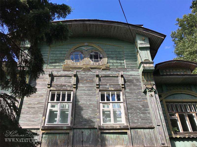 Дом Сенькова, окна второго этажа и в мансарде